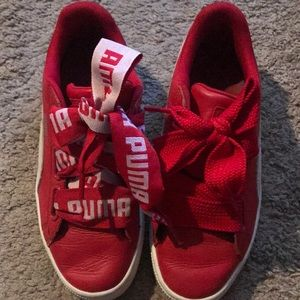 Red Puma with a unique bow tide